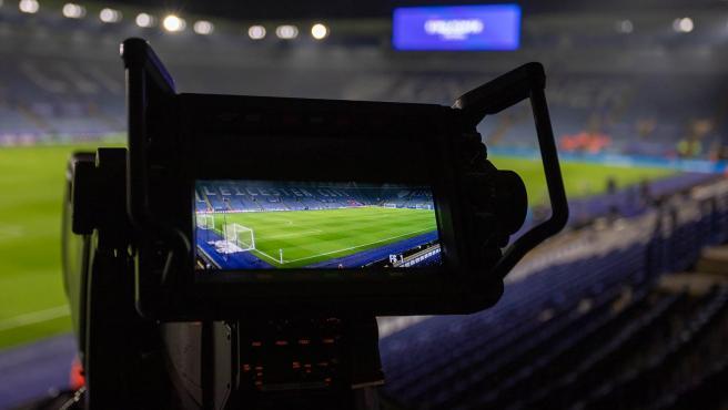 Cámara de televisión enfoca a un campo de fútbol