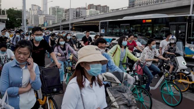 Ciudadanos con mascarillas por el coronavirus, en Pekín, China.