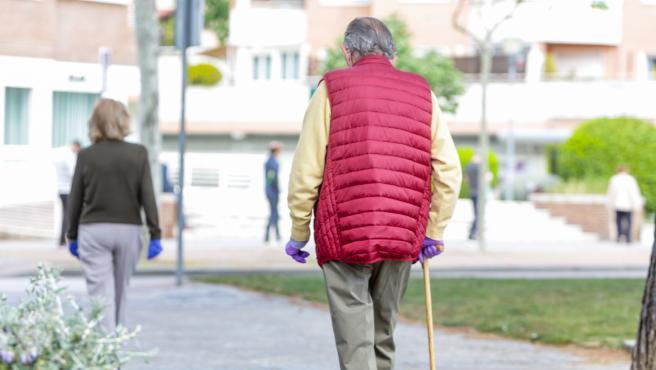 Dos ancianos en la calle, en Madrid (España), a 2 de mayo de 2020. .