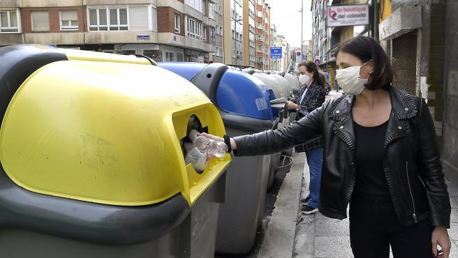 La alcaldesa de Santander, Gema Igual, tira una botella al contenedor amarillo