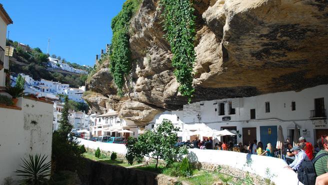 Setenil de las Bodegas es un municipio español que destaca por su peculiar arquitectura. Las casas tienen encima una enorme roca basáltica y son muy turísticas. (Foto: Wikipedia/Anfrei Dimofte)