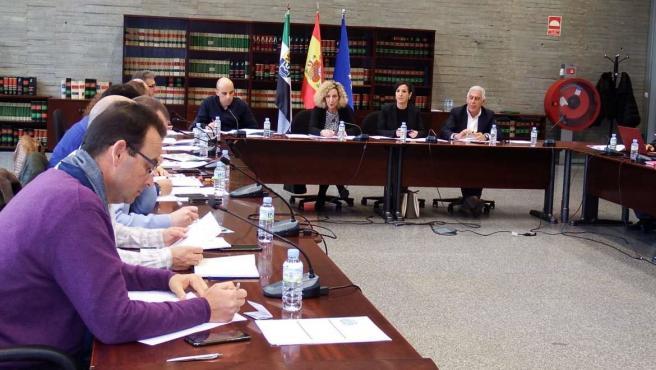 Los sindicatos de Educación en Extremadura anuncian movilizaciones y no descartan una huelga general contra los recortes
