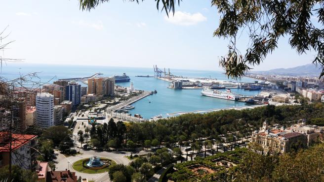MLG 26-03-2020.-Vistas de calles y avenidas vacías por el Estado de Alarma por el Gobierno español a causa de la pandemia del COVID-19, en la imagen una panorámica de Málaga.-ÁLEX ZEA.