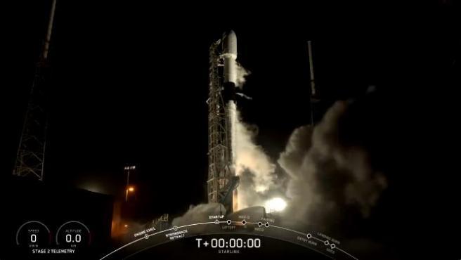 Momento del lanzamiento del cohete Falcon 9 con los 60 satélites.