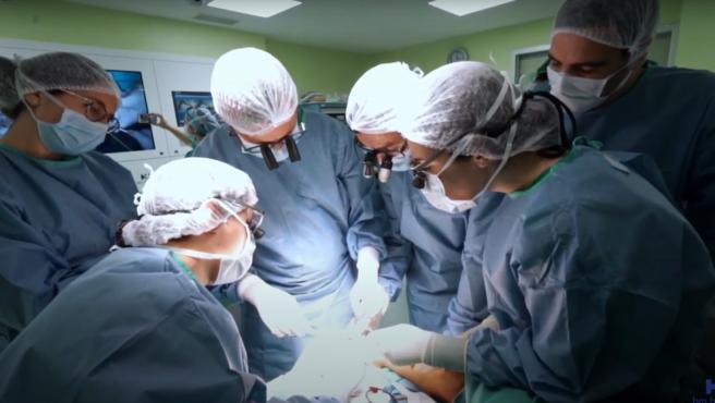 Cirugía para corregir la malformación de la mano de Iago, un niño de cuatro años con el síndrome de Vacterl.