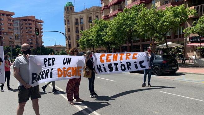 Unos 50 vecinos del Centre Històric de Lleida protestan por la concentración de temporeros