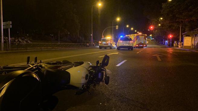 La moto con la que el hombre ha tenido el accidente en el lugar de los hechos.