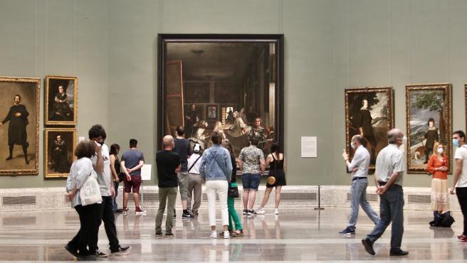 Un grupo de personas pasea por la sala donde se encuentra el cuadro de 'Las meninas' de Velázquez, en el primer día de apertura del Museo del Prado.