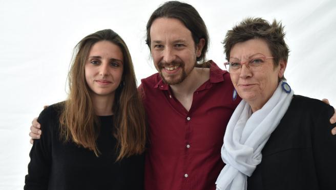 El secretario general de Podemos, Pablo Iglesias, junto a las diputadas de la formación en el Congreso por Baleares, Antonia Jover y Lucía Muñoz.