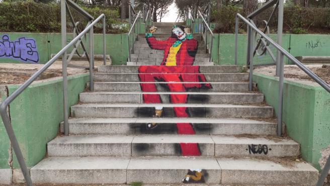 Imagen de 'Joker' en las escaleras del parque Würzburg en Salamanca.