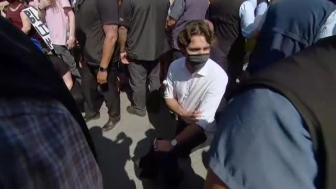 Justin Trudeau, primer ministro de Canadá, se arrodilla contra el racismo en una manifestación en Ottawa.