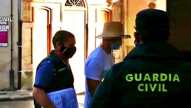 Nacho Vidal entra al juzgado escoltado por la Guardia Civil.