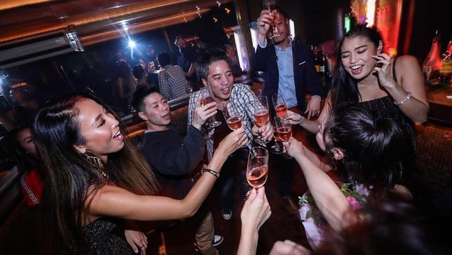 Varias personas en un club nocturno en Japón.