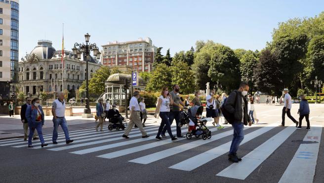 Aspecto que presenta una calle del centro de Oviedo días antes de pasar Asturias a la fase 3.