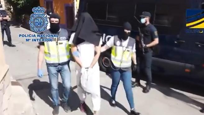 Momento de la detención del yihadista de Estado Islámico detenido en Madrid en una operación antiterrorista.