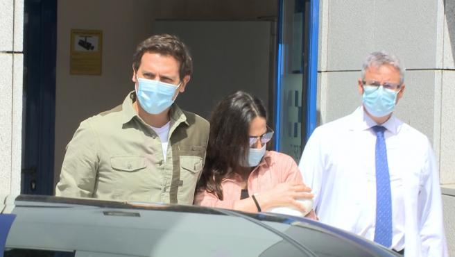 Malú y Albert Rivera abandonan el hospital tras el nacimiento de Lucía.