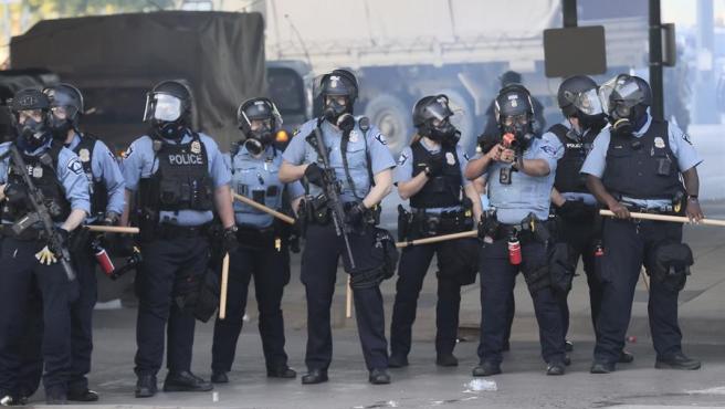 Miembros del Departamento de Policía de Mineápolis (Minesota, EE UU), durante el cuarto día de protestas por la muerte a manos de la policía del ciudadano afroamericano George Floyd.