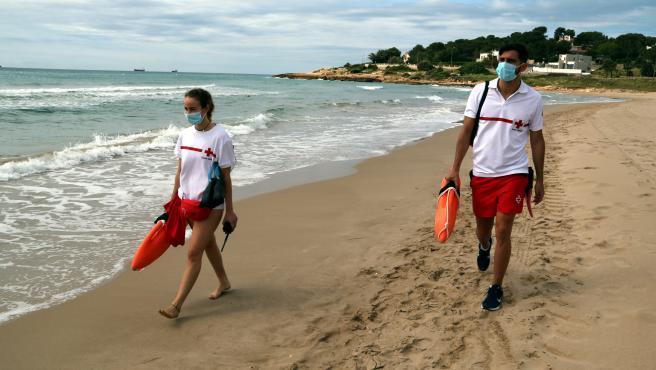 Dos socorristas con mascarilla en la playa de la Arrabassada de Tarragona en el primer día del servicio de vigilancia.