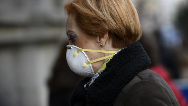 Imagen de recurso de una mujer con una mascarilla por el coronavirus.