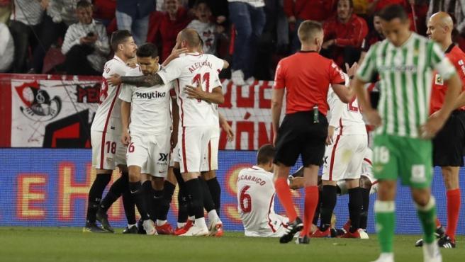 Los jugadores del Sevilla celebran un gol en el partido ante el Betis de LaLiga Santander 2018-2019