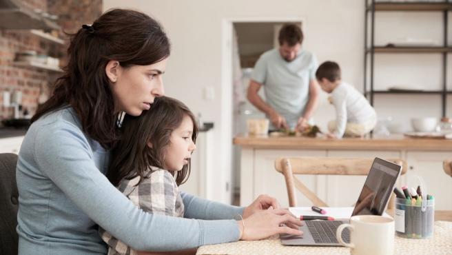Niños en casa y teletrabajo.