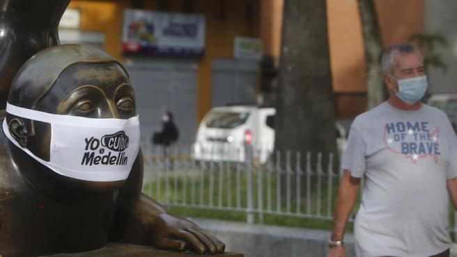 Una escultura de Fernando Botero cubierta con una mascarilla en Medellín, Colombia, dentro de una campaña municipal para fomentar las precauciones ante la pandemia de COVID-19.