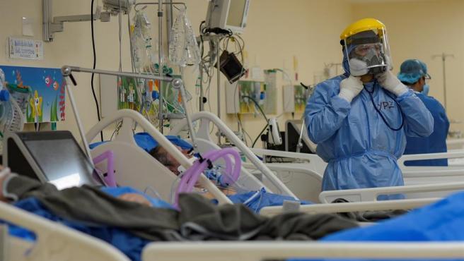 Personal médico atiende a pacientes de COVID-19 en la UCI de un hospital de Guayaquil, en Ecuador.