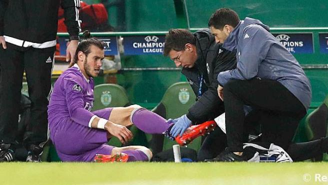 El doctor Jesús Olmo atienda a Gareth Bale.