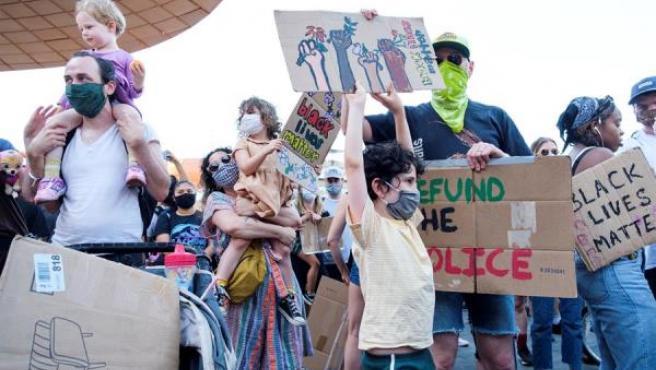 Familias se manifiestan contra la muerte de George Floyd, en Nueva York.