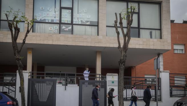 Un grupo de personas salen del centro de personas mayores Joaquín Rosillo de San Juan de Aznalfarache, que registró 118 ancianos infectados y 30 de ellos fallecidos