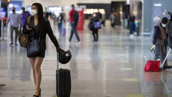 A los aeropuertos ahora desiertos, en unas semanas comenzarán a llegar miles de turistas. AENA y el Ministerio de Sanidad preparan un protocolo que podría ir más allá del que ahora cumplen los españoles que vuelan por necesidad: les toman la temperatura y rellenan un formulario con sus datos de contacto. Algunos países ya han anunciado que exigirán una prueba PCR reciente, aunque tampoco es una garantía. Con el control de temperatura no se detecta a los asintomáticos. Así que habrá que asumir que reactivar el turismo tendrá sus riesgos. Sanidad apela a la responsabilidad de los pasajeros: que no viajen si tienen síntomas y si los desarrollan que se pongan en contacto en seguida con un centro sanitario.
