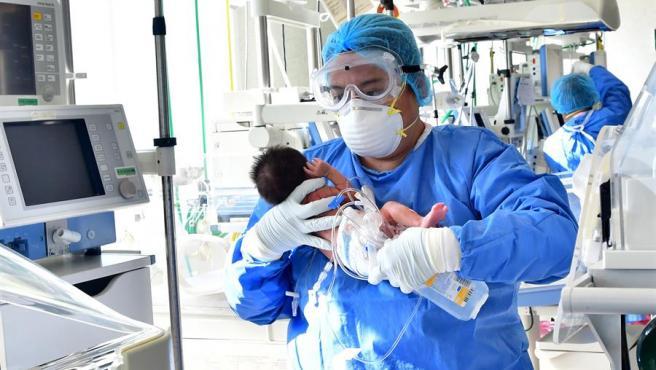 Un trabajador sanitario atiende a un recién nacido con sospecha de estar contagiado de COVID-19, en el hospital Mónica Pretelini de Toluca (México).