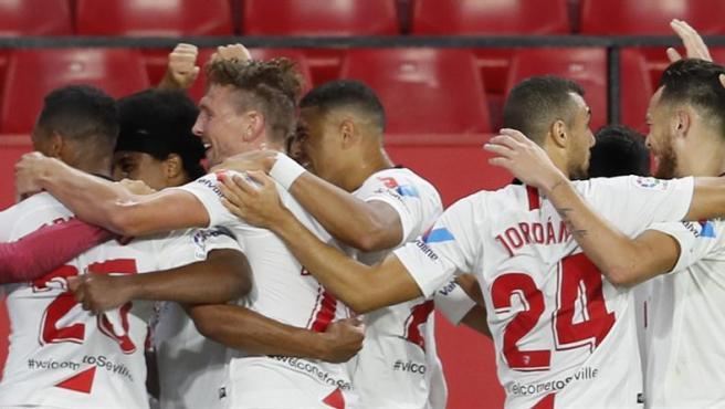 Los jugadores del Sevilla se abrazan tras un gol.