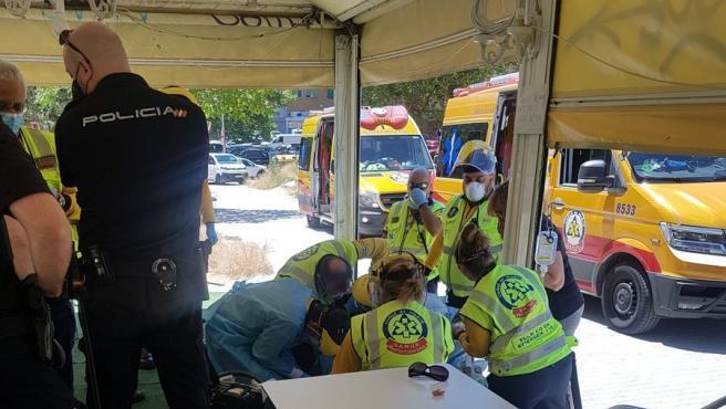 Un policía y un sanitario salvan vida a anciana que se atragantó en un bar.