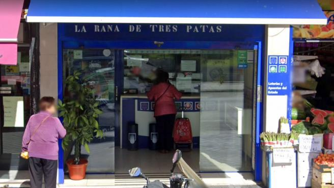 Exterior de la administración de Loterías de Madrid donde ha tocado el Euromillones.