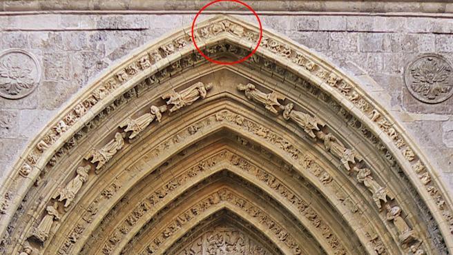 Detalle de la fachada de la Catedral de Palencia en la que se aprecian los dos aliens esculpidos en ella.