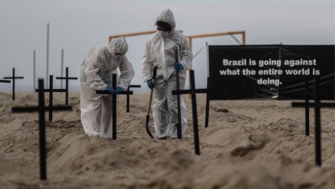 Activistas colocan cruces en la playa de Copacabana, en Río de Janeiro (Brasil), como acto de protesta por la gestión de la crisis del coronavirus llevada a cabo por el Gobierno brasileño.