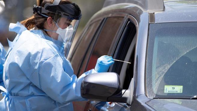 Una trabajadora sanitaria realiza un test de COVID-19 en Boston, EE UU.