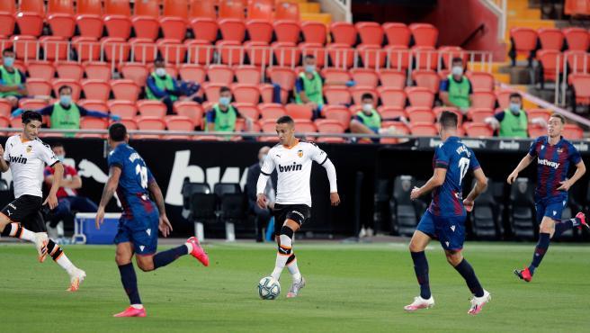 Rodrigo encara a los rivales del Levante.