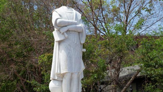 La estatua de Cristóbal Colón en Boston, EE UU, después de que le arrancaran la cabeza.