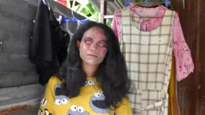 Kanittha Thongnak vestida de zombie para vender ropa 'online'.