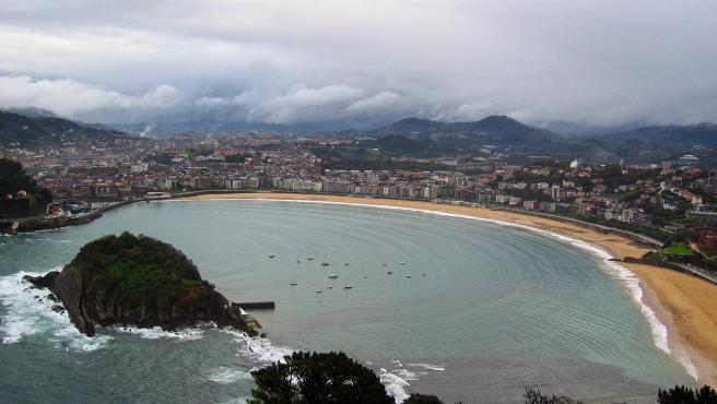 No muy lejos de Biarritz se encuentra esta espectacular playa situada en la bahía de la localidad vasca. Su emplazamiento, rodeada por el Monte Igueldo y el Urgull, la otorga una gran belleza.