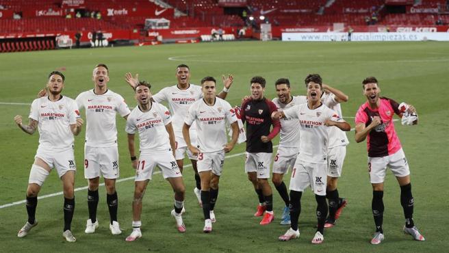 Los jugadores del Sevilla celebran la victoria ante el Betis.