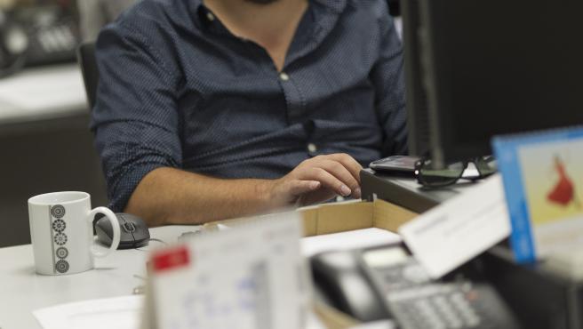 Un trabajador en una oficina.
