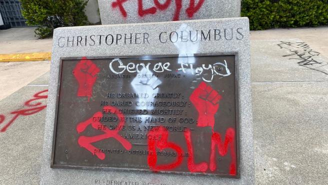 Fotografía divulgada por el Departamento de Policía de Miami donde se observa la placa pintada de la estatua de Cristóbal Colón localizada en el centro de la ciudad de Miami