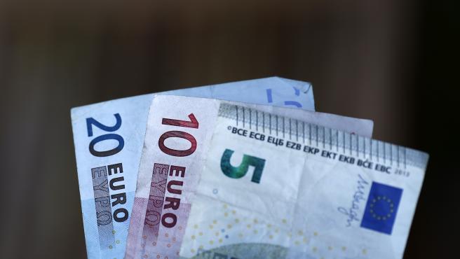 Imagen de archivo de varios billetes de euro.