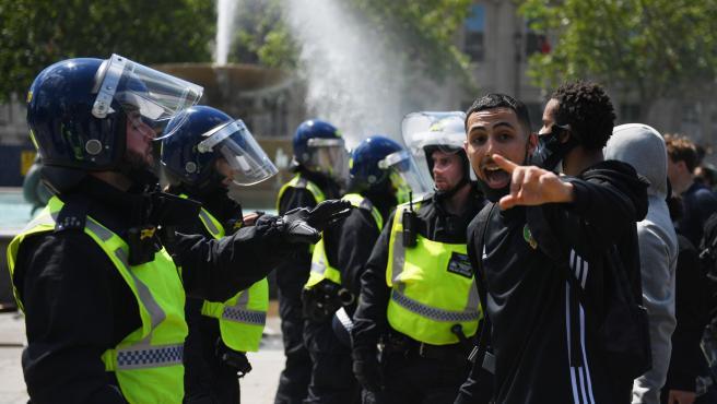 Manifestantes y Policía chocan durante las protestas.