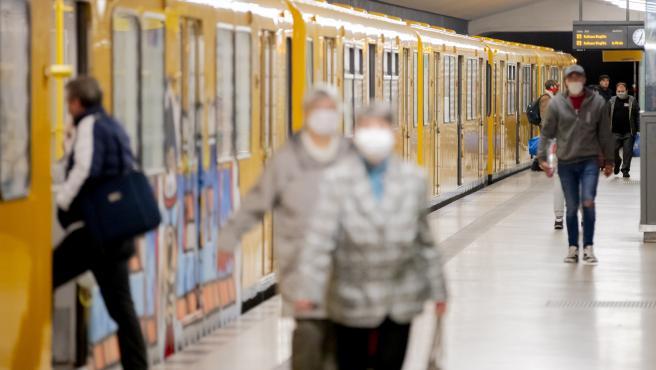 Pasajeros en la estación de metro de Amrumer Strasse, en Berlín.
