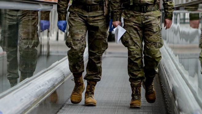 Dos militares caminando en una imagen de archivo.
