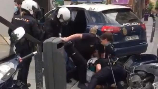 Violenta detención de un ciudadano de raza negra en Lavapiés.